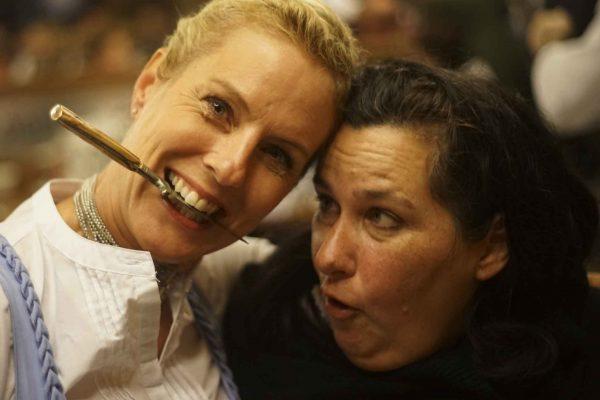 Dua des MESSER weg, sonst verletzt sich noch jemand!!! (rechts im Bild unsere Gastgeberin und Vermittlerin Birgit Zacher/Hacker-Pschorr)
